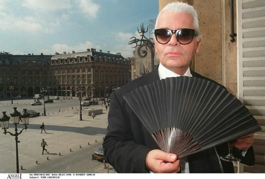 Karl Lagerfeld et son éventail, son accessoire fétiche, lors du défilé Chanel à l'hôtel Ritz en 1996
