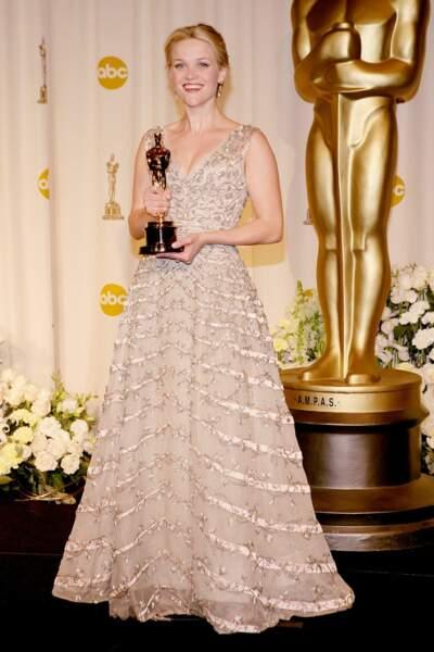 Reese Witherspon, porte une création Christian Dior vintage de 1955 lors de la cérémonie des Oscars en 2006