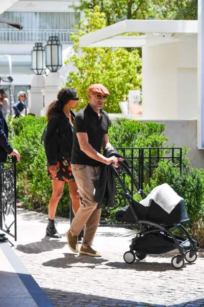 Tina Kunakey et Vincent Cassel ont été aperçus avec leur bébé à la sortie d'un restaurant cannois