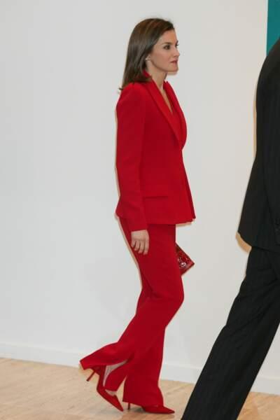 La reine Letizia d'Espagne, sexy en rouge avec un pantalon fendu