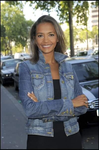 Karine Le Marchand, lumineuse en look casual lors de la conférence de presse de rentrée de la chaîne M6, en 2009