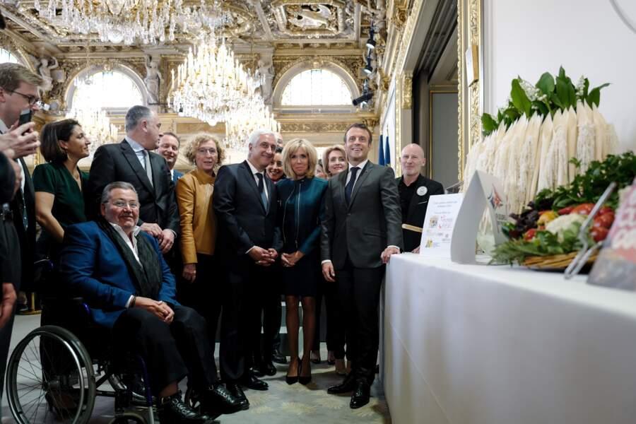 Brigitte et Emmanuel Macron se sont montrés complices lors de la fête du 1er mai à l'Élysée