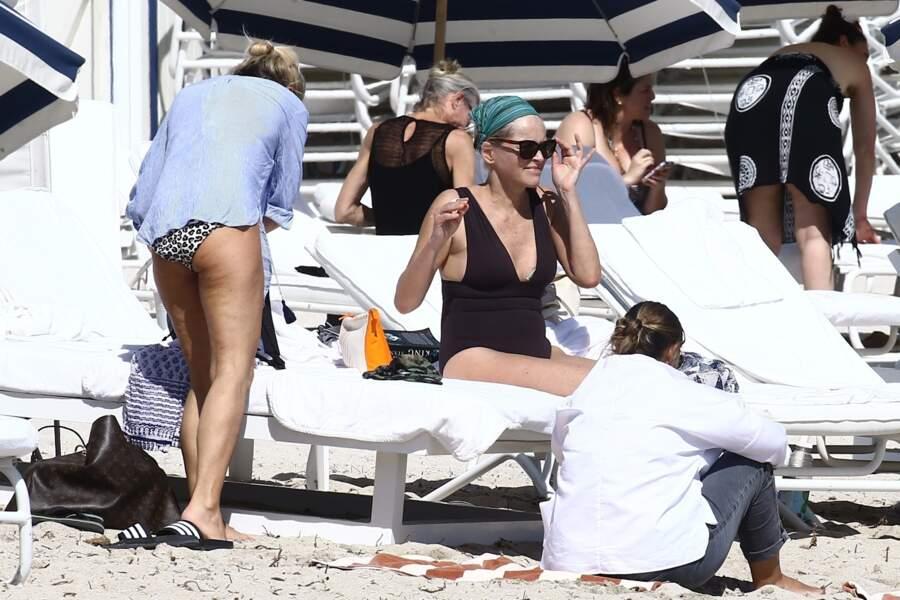 Sharon Stone prend le temps de parfaire son bronzage