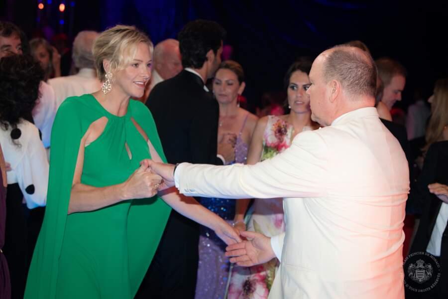 Charlene et Albert II de Monaco partageant une jolie danse en amoureux