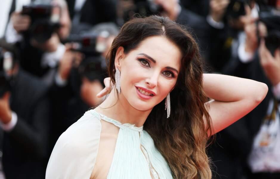 Chevelure et robe virevoltante, Frédérique Bel a opté pour un look romantique à Cannes, le 14 mai 2019