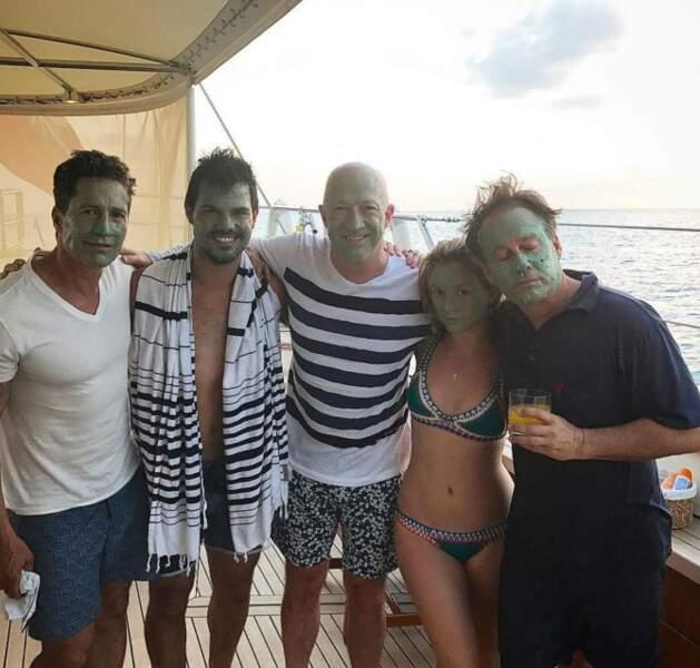 Taylor Lautner et sa petite amie l'actrice Billie Lord, fille de Carrie Fisher visiblement ravis de leurs masques.