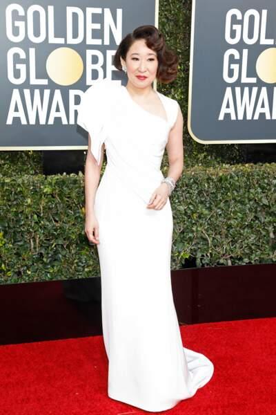 Sandra Oh en robe Atelier Versace, sur le tapis rouge des Golden Globes 2019 à Los Angeles