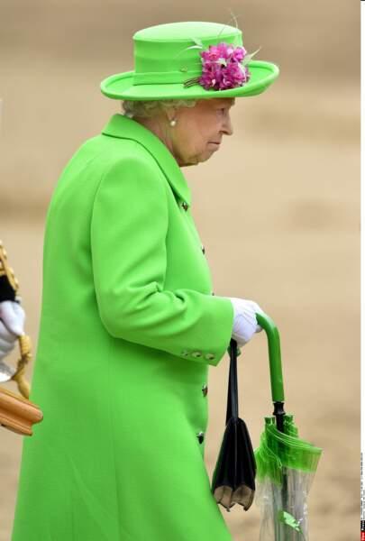 Décidément,  cette couleur qui ne sied à personne lui va comme un gant ! A noter : le parapluie coordonné.