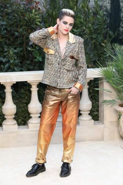 Kristen Stewart, en tenue gold et derbies vernies : très rock pour le défilé Chanel Haute-Couture.