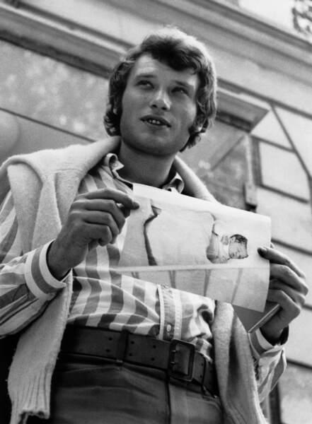 Johnny Hallyday devant la clinique du Belvédère à Boulogne, au lendemain de la naissance de son fils David, en 1966