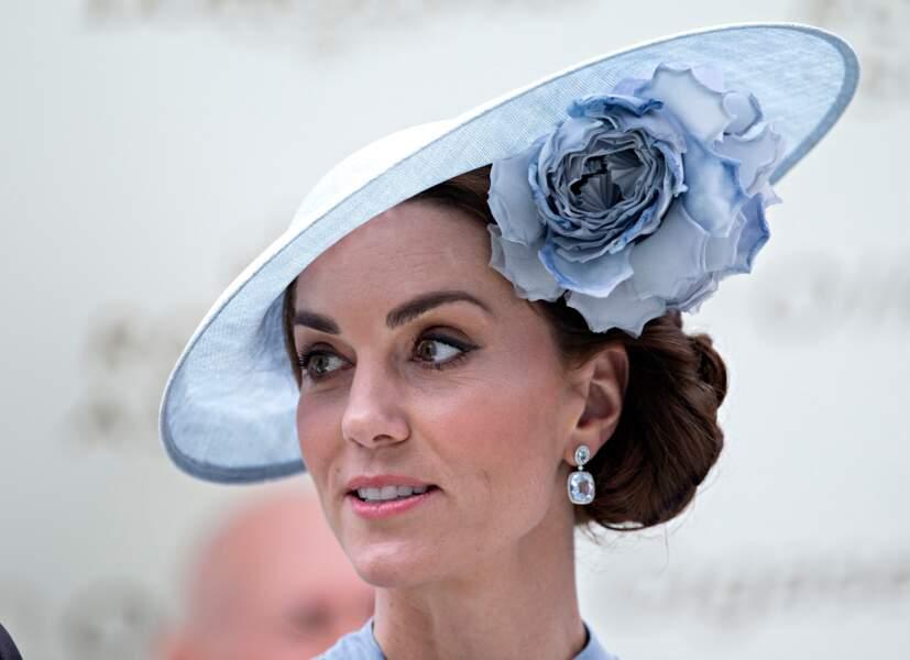 Kate Middleton porte le chignon bas mais joliement tressé pour accompagner son chapeau fleuri