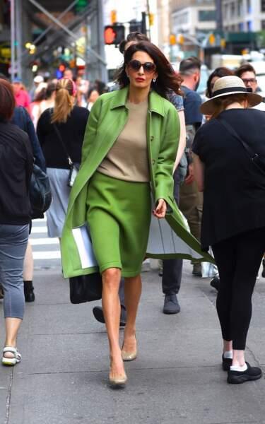 """Amal Clooney déambule dans les rues de New York en tailleur """"avocat"""" (de circonstance)"""