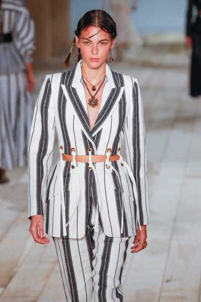 Cet été, les colliers se portent en accumulation et les boucles d'oreilles se dépareillent comme chez Alexander McQueen.