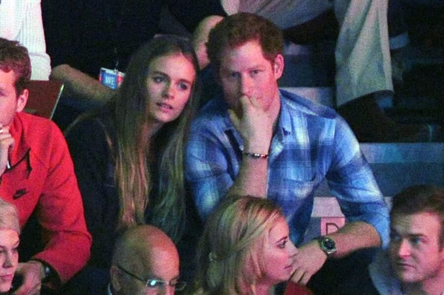 Le prince Harry et sa compagne Cressida Bonas dans les tribunes du stade de Wembley en 2014