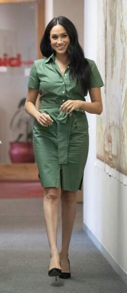 Jour 9 : Meghan Markle dans une robe-chemise courte verte sublime Room 502, déjà en rupture de stock