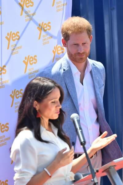 Meghan Markle prononce un discours sous les yeux de son mari, le prince Harry.