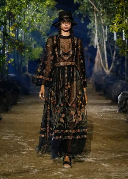 Des looks sombres égayés par des touches florales ont foulé l'hippodrome de Longchamp pour Dior.