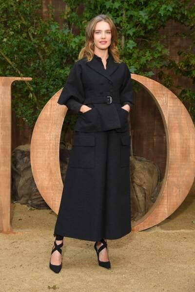 Natalia Vodianova en costume revisité, au photocall du défilé Dior.