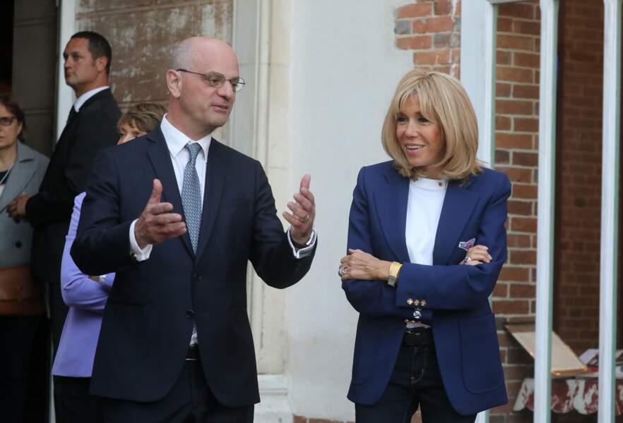 Brigitte Macron en plein échange avec le ministre Jean-Michel Blanquer lors des 36e Journées du Patrimoine.