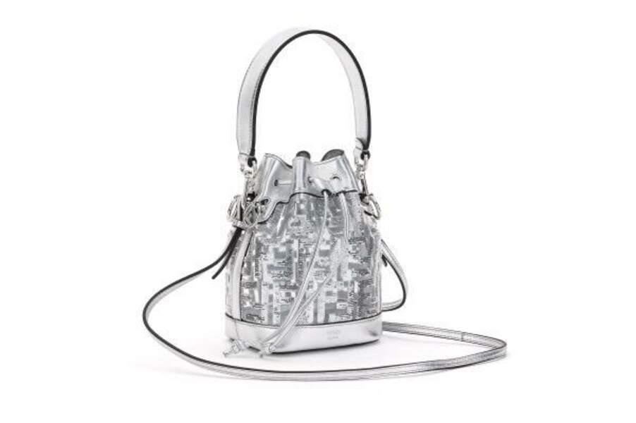 """Le sac sceau de Fendi est imaginée en version argentée pour la collection """"Nicki Minaj Prints On""""."""