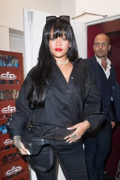 Rihanna a opté pour la frange longue qui souligne son regard et met sa bouche en évidence