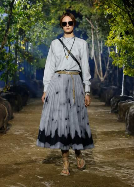 Bohème et monochrome, la femme Dior printemps-été 2020 est fraîche et intemporelle.