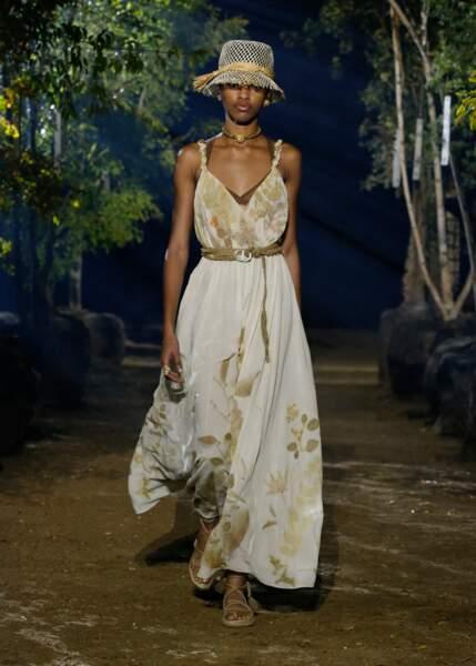 Certaines robes Dior ont été imprimées par de vraies fleurs, des transferts opérés par un artisan italien.