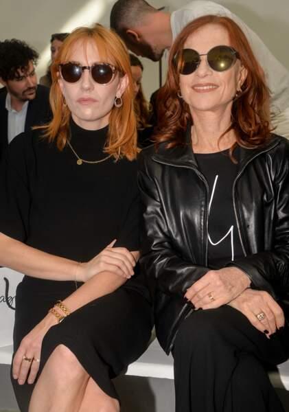 Isabelle Huppert et sa fille Lolita Chammah ont découvert la collection prêt-à-porter printemps-été 2020 d'Agnès. B