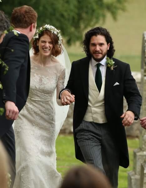 Kit Harington et Rose Leslie (châtelaine et descendante du roi Charles II) lors de leur mariage en Ecosse, en 2018