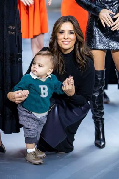 Eva Longoria, super mummy, et son fils Santiago ont embrasé le final du show L'Oréal Paris