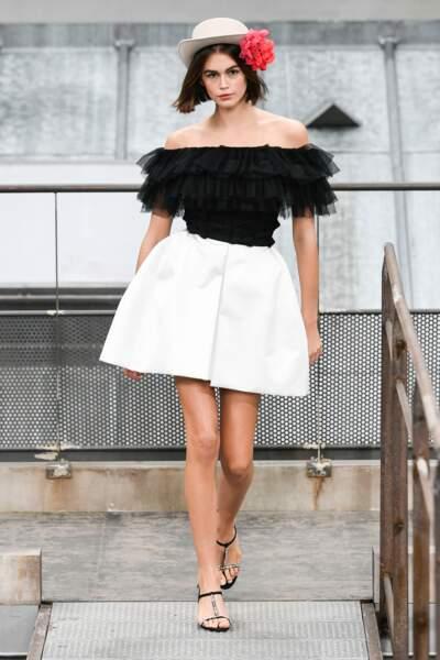 chapeau et fleur dans les cheveux pour Kaia Gerber chez Chanel