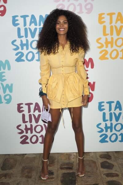 Tina Kunakey et ses jambes parfaites lors du défilé Etam à Paris