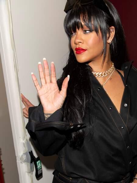 Rihanna adopte la frange rideau, la coupe de cheveux tendance de la rentrée