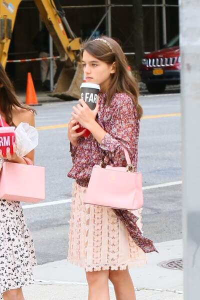 Suri Cruise adore sa blouse fleurie qu'elle portait déjà un mois plus tôt, le  31 août 2019