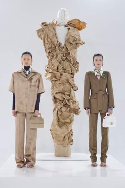 Le brun pour Schiaparelli prend ses influences chez l'homme, pour des silhouettes intemporelles.