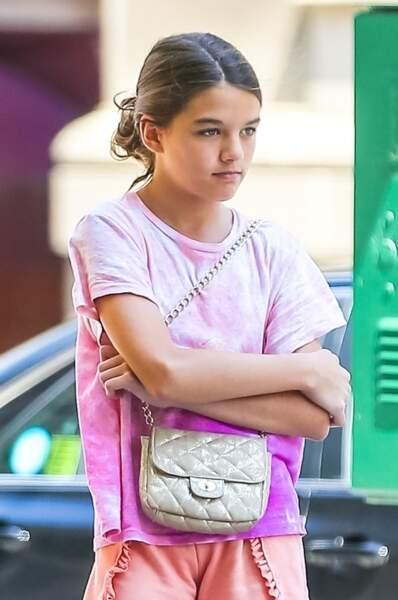 Suri Cruise, girly avec son petit sac à main et son look rose  le 24 juillet 2019.