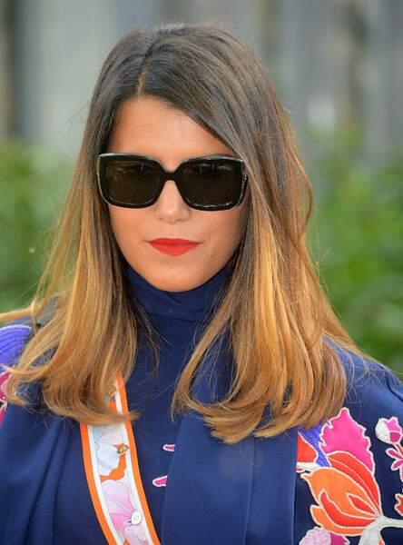 Derrière ses lunettes noires, Karine Ferri plante son regard dans l'objectif