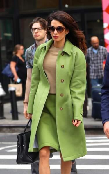 Amal Clooney porte un tailleur Burberry dans une couleur plutôt flashy qui a surpris les observateurs
