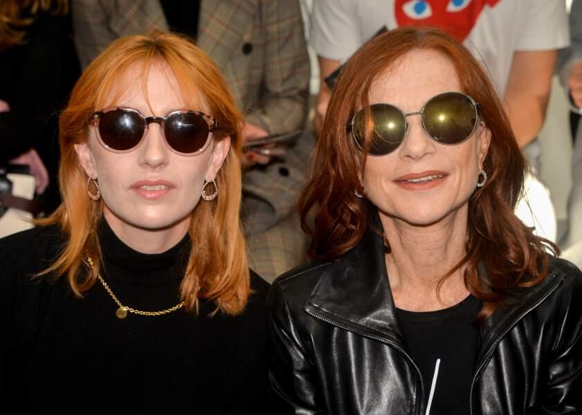 Isabelle Huppert était tout sourire aux côtés de sa fille Lolita Chammah à la Fashion week de Paris