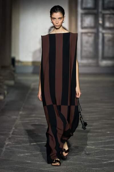 Jil Sander nous donne à voir une autre vision de l'épaule XXL, pour une robe sculpturale.