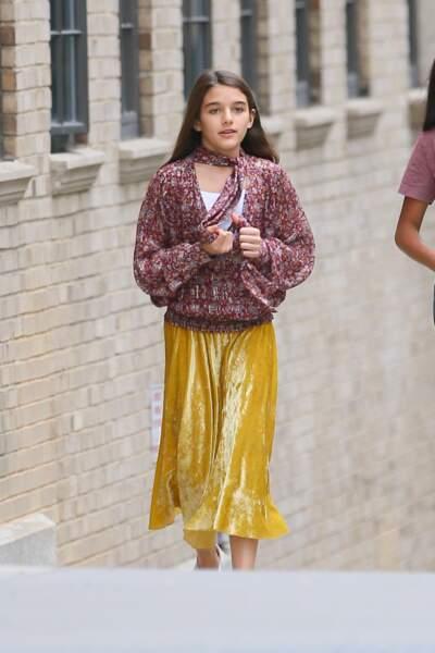 Suri Cruise adopte la jupe plissée et colorée pour cet automne 2019