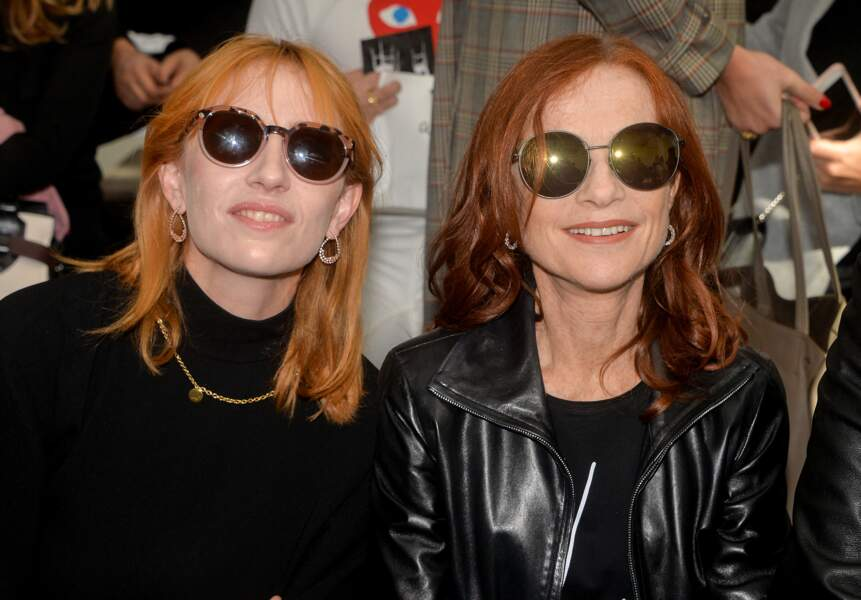 Isabelle Huppert et Lolita Chammah portaient toutes les deux des lunettes noires durant le défilé Agnès B.