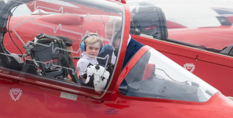 Lorsque le prince George a pu s'assoir à l'intérieur du cockpit d'un avion militaire