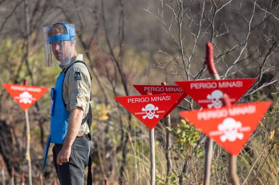 Le prince Harry posant devant une zone considérée comme dangereuse