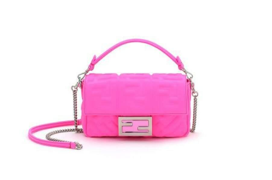 Le sac Baguette de Fendi x Nicki Minaj se pare de rose fluo pour oser la couleur de jour comme de nuit.