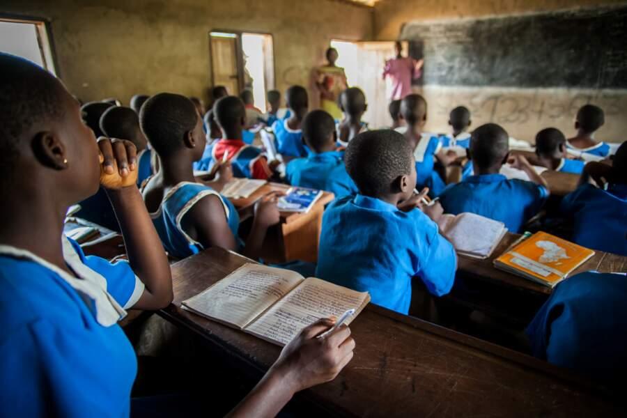 Avec Plan International, Roger Vivier aide les jeunes filles au Cameroun et au Bénin à avoir accès à l'éducation.