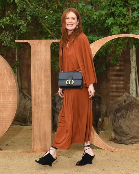 Julianne Moore a adopté une robe ample et la nouvelle version du sac 30 Montaigne de Dior.