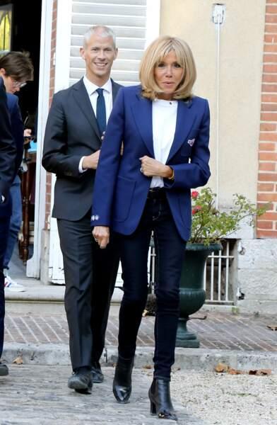 Jean noir et blazer bleu, Brigitte Macron a opté pour un style décontracté chic ce 20 septembre au château de By.