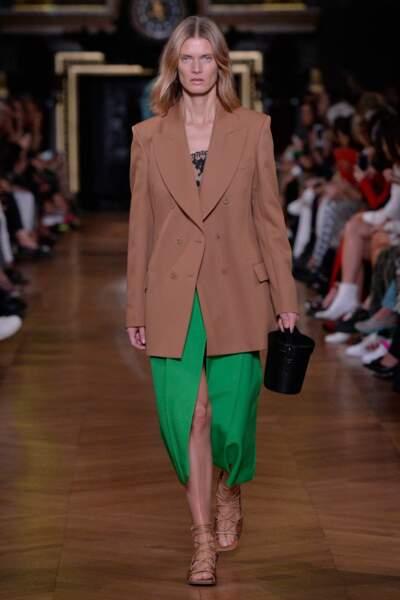 Idée de Stella McCartney : associer robe verte et blazer beige pour l'été 2020.