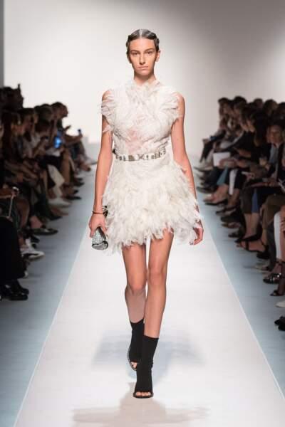 Chez Ermanno Scervino, les plumetis s'emparent des robes blanches.